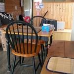 やきまんじゅう - テーブル席ひとつあります。
