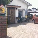 小松屋 - 駐車場入り口…付近です、