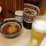 やきとり 志げる - 「キリンビール大瓶」580円とお通し。