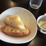 19817273 - 温かいパン2種類