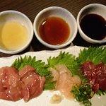 じん - とり刺し盛り合わせ1400円(白肝、ささみ、砂肝);タレ(塩ごま油、ポン酢、刺身醤油)