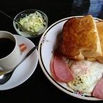 リンデン - ハムエッグトースト・サラダ/コーヒーor紅茶orミルク付き(500円)   コーヒーこぼれてます。