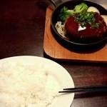 Butabarubiwaiokatamari - 豚バル特性鉄板ハンバーグ(800円)