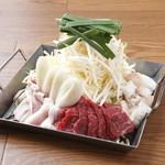 円満 - 料理写真:メインの旨辛鉄板鍋 (写真は2人前)