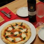 ケカリーノ - 料理写真:マルゲリータとワイン♪