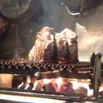 トラットリア・ラ・テスタドゥーラ - 炭火の上で、立ってます!!ティーボーンステーキ1,300gです。