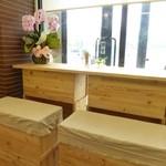 ビファーボ - リンゴの木箱を利用した席