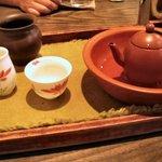 台湾茶藝館 月和茶 - 焼き菓子とお茶のセット(980円)。お茶は四季春烏龍茶をチョイス