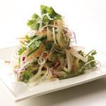 彩り野菜とくらげのサラダ