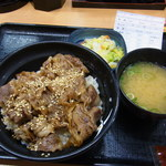 Yoshinoya - 牛カルビ丼(並、480円)とお新香・味噌汁のBセット(120円)