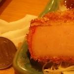 一軒め酒場 - 超厚切りハムカツ294円100円玉比較