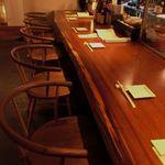 鳥火鳥火nest - ダウンライトな店内のカウンター席