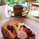 musubiのカフェ - デザートセットのベリーのシフォンケーキ(ドリンクとセットで400円)