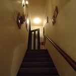 アズーロ - 狭い階段の上が店