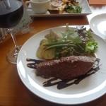 19868269 - 牛もも肉のローストサラダ仕立て(1200円)、赤ワイン