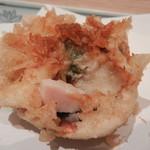 天ぷら新宿つな八 - 大あさりの天ぷら 殻ごと揚げてる