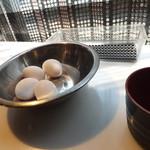 波留乃屋 - 生卵サービスです。