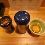 鯛だしそば・つけ麺 はなやま - 玉子ごはんの卵とふりかけ