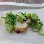 ラ・ソラシド フードリレーションレストラン - パサつかせて焼いたスズキとキュウリのサラダ