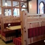 コクボ珈琲店 - 改装され美しく居心地のよさそうな店内