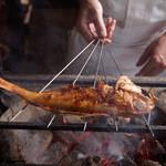 松玄 - 炭火で炙った旬の素材を味わえます。