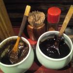 もつ蔵 - キャベツに付けるニンニク風味の味噌と味噌おでんに使うやつみたいな味噌