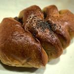 19882309 - 「黒餡パン」(190円)。イチオシだけあって美味しい-。