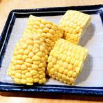 19883833 - 待っている間に、生でも食べられるトウモロコシ。ジューシーで甘い♪