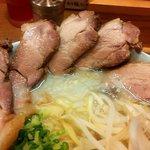 ひぐま軒 - 豚骨塩チャーシューラーメン(チャーシューアップ)