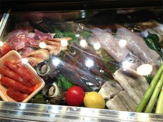 司 - お魚のコーナー。 こういうキレイなディスプレイをしてる屋台は稀でしょう。 新鮮な魚介類や明太子を置いていますが、屋台での生食は禁止なので、 全て火を入れる食材ばかりです。