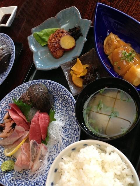 すし・和食処 伊豆島 三浦海岸店 - 刺身ランチの刺身、焼き物、小鉢、漬物、味噌汁、ごはん