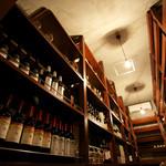 リヴァデリエトゥルスキ - カンディーナには世界から選りすぐりのワイン約400種・2000本を常時ストック。お料理に合うワインなどソムリエにご相談ください。