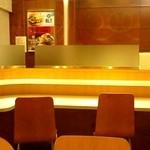 マクドナルド - 1階のカウンター式の席