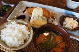 手造り食の店しもだ - チキンソテー(チキン南蛮風です)とご飯と汁物。