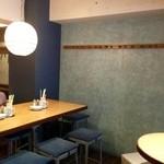 サカナバル - 奥のイスの席とカウンターとスツールタイプのテーブル席が。