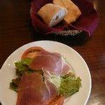 まるでん食堂 デッレヌーヴォレ - おかわり自由の自家製パン2種類と塩のとっても効いたサラダ