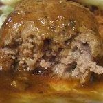 KITCHENはんおむ - ハンバーグを割ってみると肉汁が!