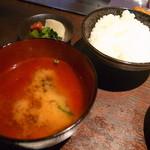 ニュー松坂 - ご飯とみそ汁と香の物です。