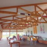 カンパーナ六花亭 - トラス構造の木材骨格が目を引きます。