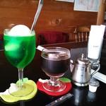 エスプレッソ105 - 左:ソーダフロート \600、右:アイスコーヒー(深炒りブレンド) \500
