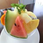 Burgers Cafe Pon Pon - 料理写真:桃と季節の果物のかき氷