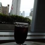 カフェ・ワン - アイスコーヒーと窓からの眺め