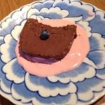 ブランチ.オットー - チョコレートのテリーヌ  濃厚なチョコレートのテリーヌに、ベリー味のヨーグルトソースが絶妙です。