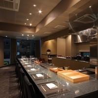 石垣吉田 - 鉄板焼きの醍醐味を存分にお楽しみ頂けるカウンター席は、デートなどでも大変人気です。