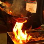 浪漫家 - こだわりの『焼き鳥』。タレの香ばしい香りとジューシーな肉の旨みが口いっぱいに広がります。