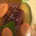 らららカレー - 素揚げ野菜トッピング拡大図。夏の旬の野菜が彩りきれいです