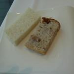 リストランテ ウミリア - パン2種(小麦粉だけを使用したパンといちじくとくるみのライ麦パン)お代わり自由