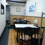 中華料理 新三陽 - 店内テーブル席の様子