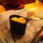 鮨はな - 北海道吉田の白ウニ軍艦。なぜ海苔を使うか聞いたら、海苔も