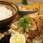 里のうどん - 豚バラ肉を塩で焼いた定食メニューも人気